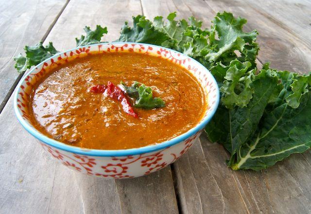 Würzige Grünkohlsuppe mit gebratenem Pfeffer und Tomate   – Grub'n