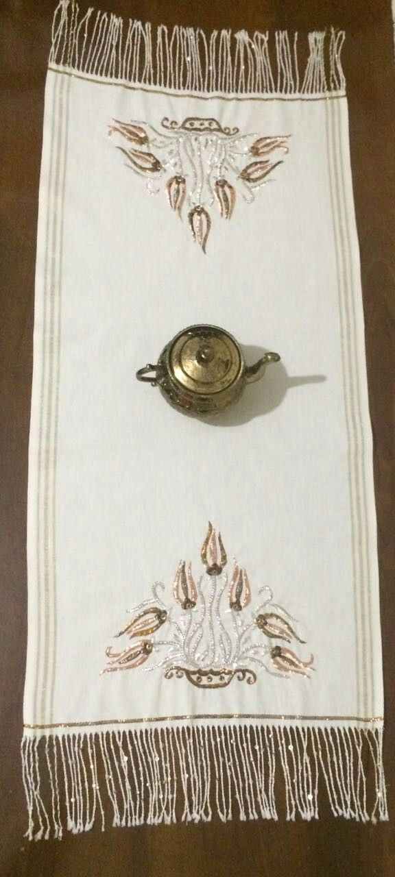 Gümüş, bakır, altın ve eskitme renkli teller ile tel sarma tekniğiyle yapılan lale temalı runner modeli.