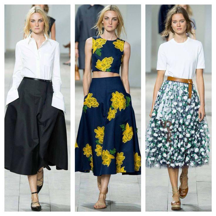 """MICHAEL KORS  Una de las tendencias que ha conquistado las calles en tiempo récord, la falda """" midi"""" en todas sus versiones se ha convertido en el toque clásico y sofisticado de los  estilismos que conquistan el Street style.    www.elsueñodemaria.com"""