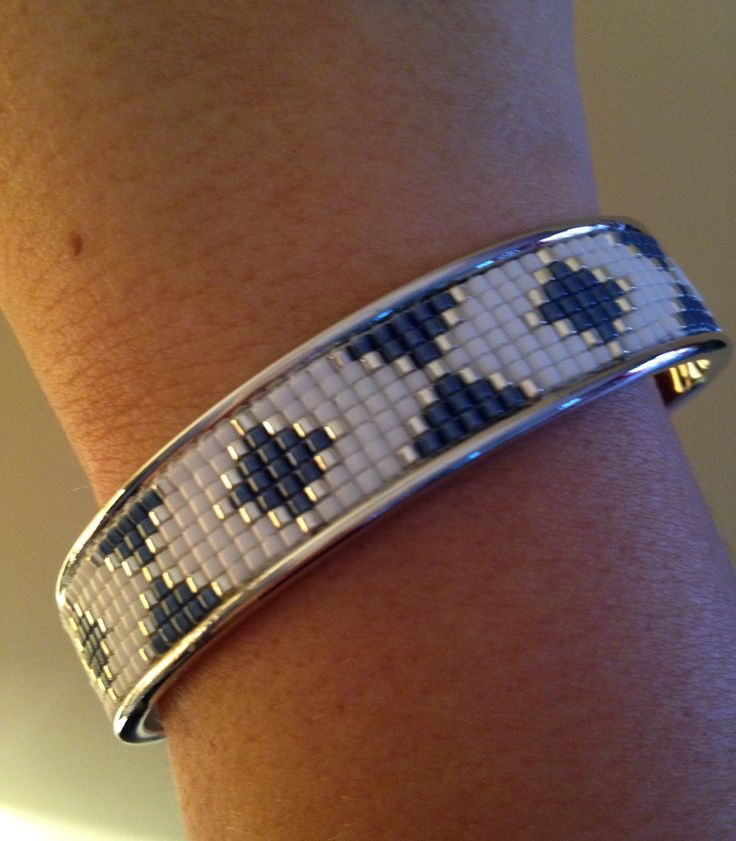 Manchette rigide argenté en tissage miyuki bleu, blanc et argent.