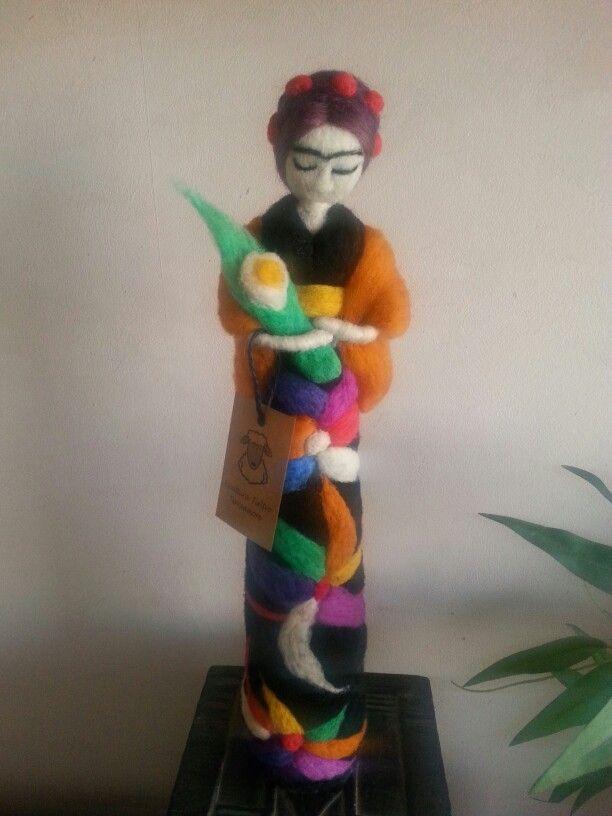 Escultura en fieltro agujado Frida kalho.