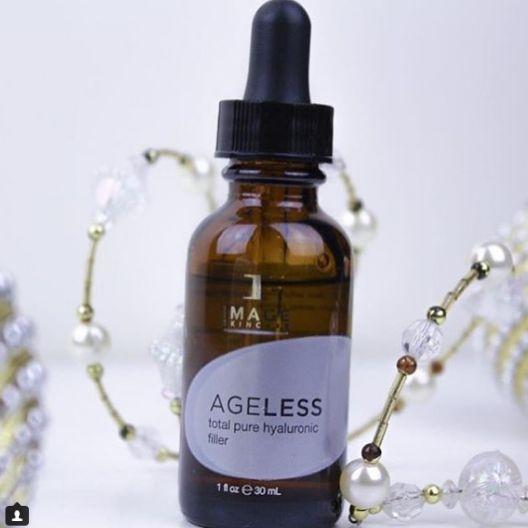 Met 18% hyaluronzuur, vitamine B5 en vitamine E is de Ageless Total pure hyaluronic filler onmisbaar voor je winter skincare regime❄️ wil je meer weten over hoe je je huid goed kunt verzorgen in de winter? Lees dan onze blog via de link in de bio.