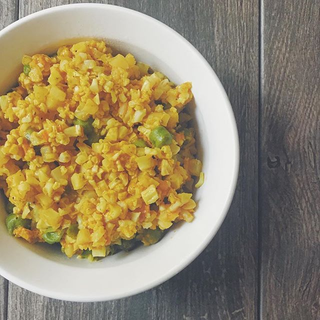 How spicy do you like your curry? I like mine on fire 🔥 This is a simple, healthy spin on spicy rice curry: • Cauliflower rice, green chickpeas, curry sauce with EXTRA chili paste! And under 300 calories! • This is me right now 👉😭🔥 . . #bowl #macrofriendly #healthy #recipes #fitfood #veggies #cauliflowerrice #risotto #pilaf #bbgfood #recipe #wholefoods #mealprep #peas
