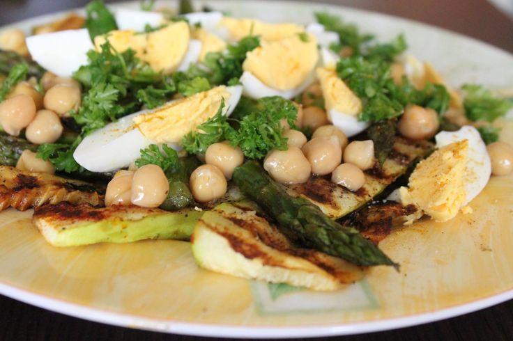 grillowana sałatka z jajkiem i ciecierzycą:  pół cukinii i pół pęczka zielonych szparagów zgrillować, dodać 1 jajko ugotowane na twardo, pół puszki ciecierzycy ugotowanej na parze, doprawić solą, pieprzem, papryką słodką, posypać natką pietruszki