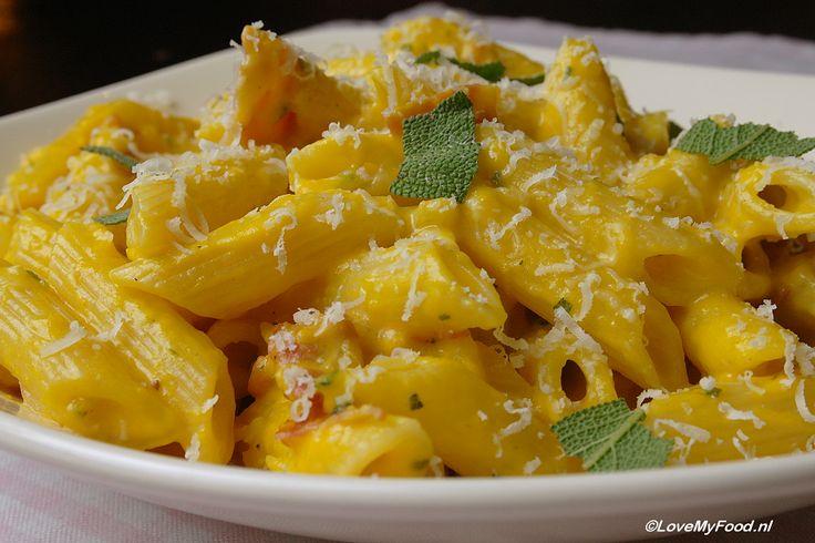Met deze pompoenpasta zet je gegarandeerd een succesrecept op tafel! Een lekkere, romige saus met een mooie, diepgele kleur. De zoute smaak van de pancetta