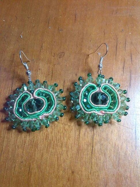Primi orecchini soutache in cristalli verdi e piattine color salmone e verde chiaro