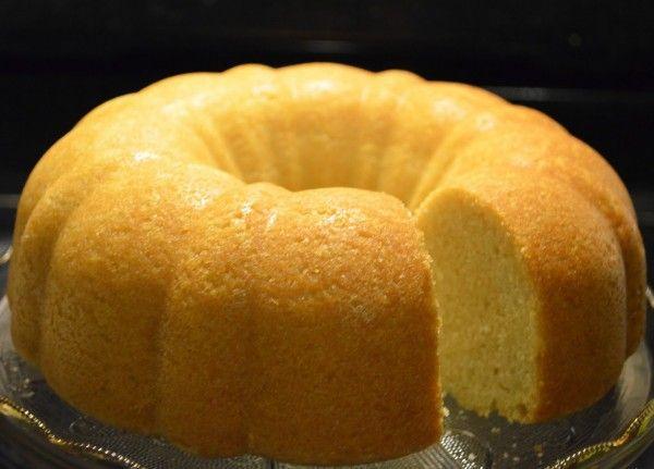 O bolo de limão é uma receita de bolo simples e prática para ser feita nas mais variadas ocasiões, uma ótima opção é uma cobertura de chocolate.