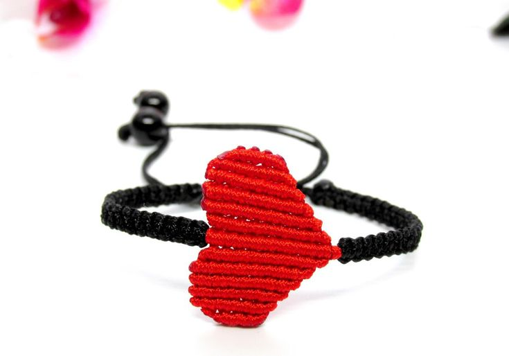 Makramé szív karkötő – piros