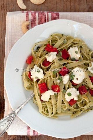 Fettuccelle al pesto di maggiorana con peperoni e stracchino.  #ricette e idee creative su www.donna-in.com