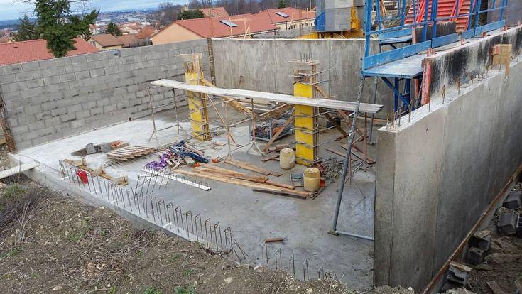 Le garage commence à prendre forme. Il sera à moitié enterré   #construction #contruction2018 #constructionmaison #construire #construiresamaison #faireconstruire #faireconstruiresamaison #suivremaconstruction #suivremaconstruction2018 #maconnerie #chantier #garage