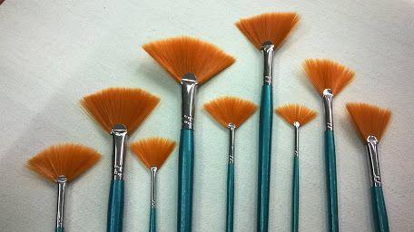 PENNELLI A VENTAGLIO Pennelli a ventaglio sono particolarmente adatti per lavori speciali come per esempio dorare le curvature sulle cornici barocche. Molti pittori utilizzano i pennelli a ventaglio per effetti speciali. Trova il suo utilizzo anche nel Make-up #brush   #fineart   #art   #makeup   #bari   #puglia