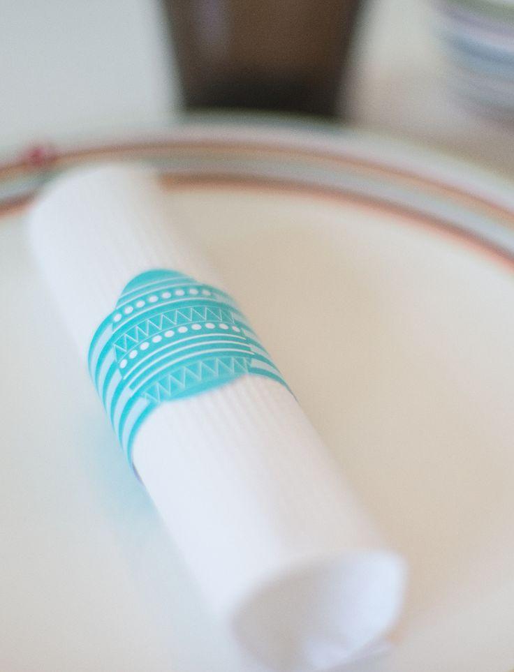 Vrolijk met Pasen de tafel op met deze printable! Ook in het grijs of koraal te downloaden #silverware #diy #printable