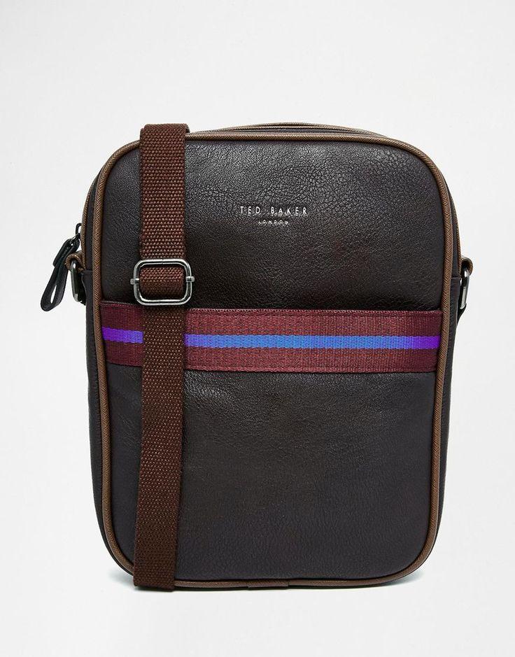 Flugtasche von Ted Baker Außenmaterial im Leder-Look Reißverschluss oben Reißverschlusstasche vorne goldfarbenes Logo verstellbarer Schulterriemen Abwischen 100% Polyurethan H: 28 cm/11 Zoll B: 21 cm/8 Zoll T: 5 cm/2 Zoll