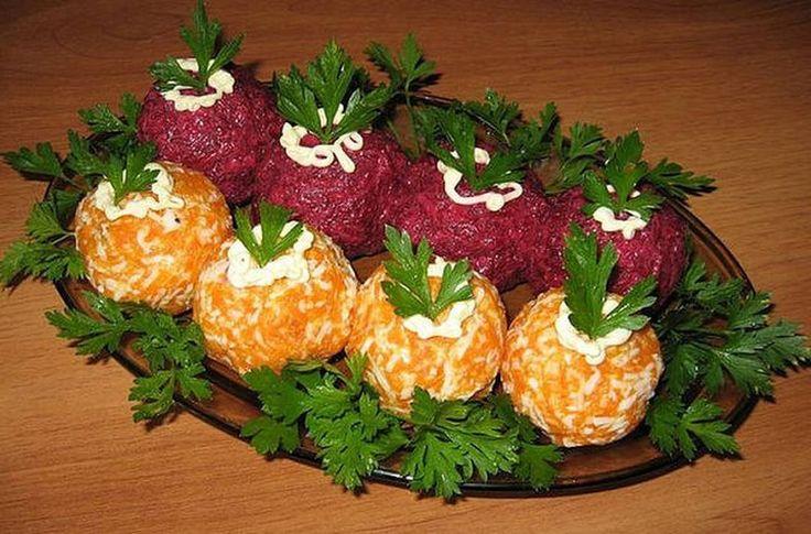 """Овощные шарики """"Загадка""""  На такое количество, что вы видите на снимке, сварите до готовности 1 крупную морковь и такого же размера свеклу. Охладите.  Натрите 100 гр твердого сыра на мелкой терке, разделите на две части.  Точно так же измельчите в отдельные мисочки морковь и свеклу, смешайте с натертым сыром.  К свекле добавьте тертый яичный желток.  К моркови - тертый белок и чуть измельченного чеснока.  Кусочек филе малосольной селедочки нарежьте небольшими кубиками.  Из свекольной массы…"""