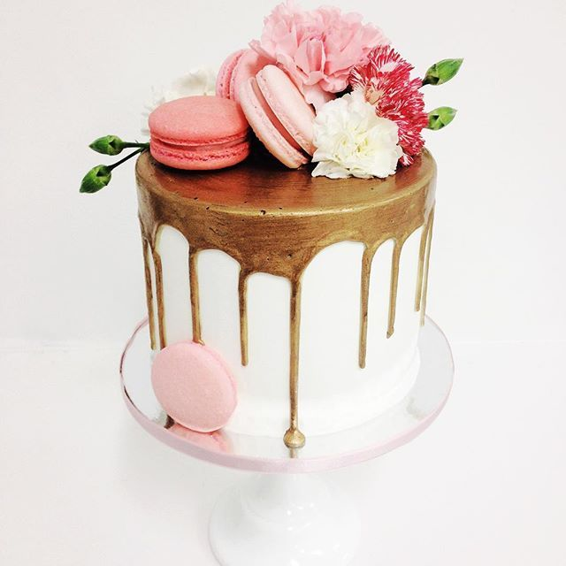 Loving this golden drip cake by @__sammyflowers and @kacyhyder. Gold, pink and…