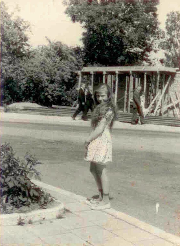 Początek budowy domu ludowego (obecnie GOK), widoczny od domu p. Rybaków. Na zdjęciu pani Urszula Lipińska, w tle budowa, Lata 60-te XX w.