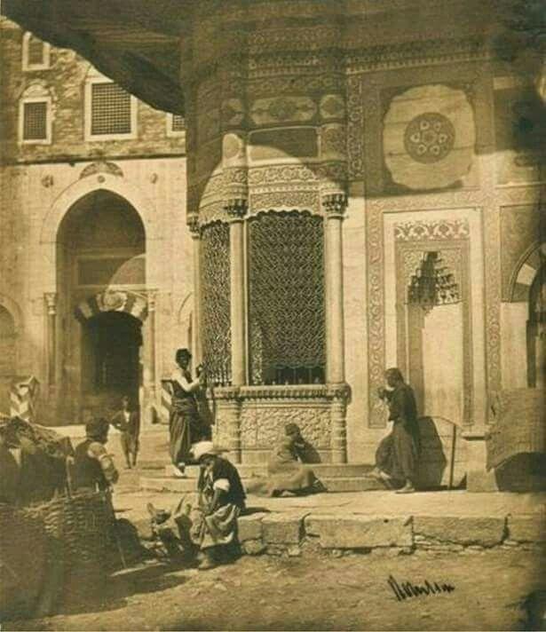 1850'li yıllar. Sultan 3. Ahmet Çeşmesi. Hemen arkada Topkapı Sarayı'nın giriş kapısı (Bâbı Hümayun/Saltanat Kapısı) üzerinde günümüzde olmayan bir yapı görünüyor.
