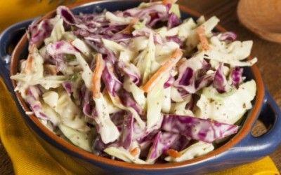 Provate questa ricetta per preparare una saporita insalata di verdure invernali accompagnata da una salsa allo yogurt e senape.