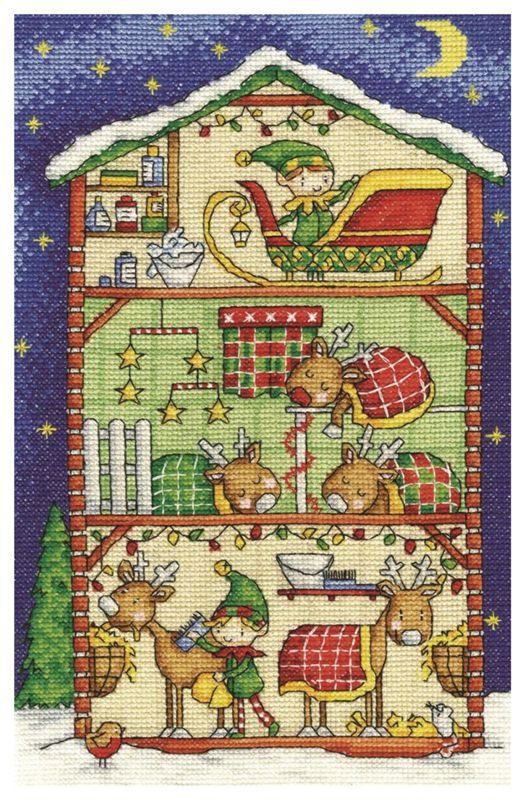 """""""Establo de Renos""""  DMC presenta este hermoso diseño para Navidad, el establo de los renos con un dormitorio acogedor y almacenamiento del trineo. El kit contiene aída blanca 14ct, hilo DMC de algodón, diagrama e instrucciones. Dimensiones aprox. 28 x 17,8 cm"""