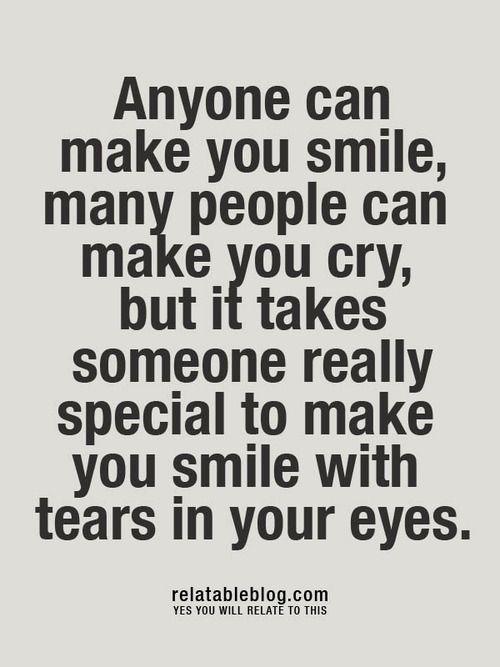 sourire avec des larmes dans les yeux