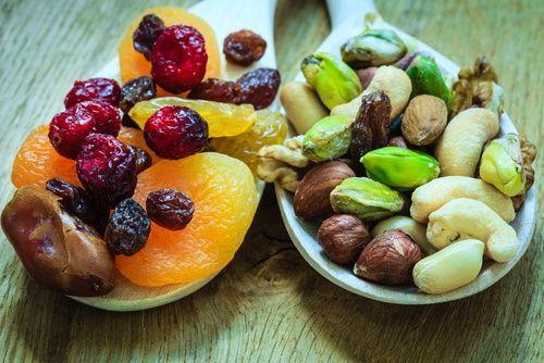 Fruta desecada para los huesos.-los higos secos para tratar la osteoporosis. Este dato es algo que deberíamos tener muy en cuenta, en especial si eres mujer, puesto que, como ya sabes, somos nosotras quienes solemos sufrir en mayor grado la pérdida de masa ósea. La fruta deshidratada es esa aliada saludable que empezar a introducir con mayor frecuencia en nuestra dieta, desde ciruelas pasas, dátiles u orejones a frambuesas desecadas. ¡Todas son deliciosas! Además, se alzan como una opción…