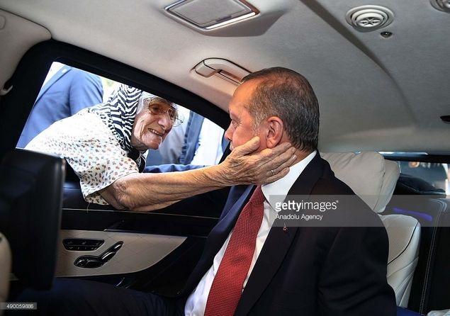 Doa Seorang Ibu Untuk Erdogan Bikin yang Mendengar Menangis Semua  Presiden Turki Recep Tayyip Erdogan sangat dicintai oleh rakyatnya. Saat ada upaya kudeta milter yang hendak melengserkan Erdogan jutaan rakyat serentak turun ke jalan-jalan menentang dan menggagalkan kudeta. Mereka bahkan rela mengorbankan nyawa untuk keselamatan pemimpinnya. Ada pemuda yang gagah menghadang tank membaringkan tubuhnya di hadapan tank. Ada remaja perempuan yang terluka diterjang peluru saat menghadapi tentara…