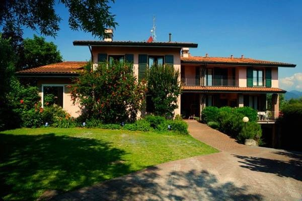 Casa Vacanze Il Melograno - Puegnago del Garda ... Garda Lake, Lago di Garda, Gardasee, Lake Garda, Lac de Garde, Gardameer, Gardasøen, Jezioro Garda, Gardské Jezero, אגם גארדה, Озеро Гарда ... Welcome to Casa Vacanze Il Melograno Raffa, Il Melograno offers apartments with satellite TV and a patio or balcony overlooking the countryside. Surrounded by a 2,000 m² garden, it features a swimming pool and is 1 km from Lake Garda. The spacious apartments includ