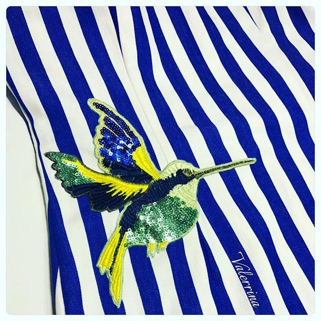 Тот случай когда на платье ну ооочень захотелось посадить птиц, и я очень рада что моей девочке эта идея понравилась Не живётся же мне спокойно, просили просто платье, а я тут со своими птицами  Ну красиво же!?#ялюблюсвоюработу#ручнаяработа#девочкитакиедевочки#платье#платьевполоску#колибри#красивыеплатья#лук#фотодня#красотка#красотаспасетмир#лето#москва#август#летниеплатья#лето#летовгороде#сарафан#полосатоеплатье#больнаяголоварукампокоянедает#детали#птичка#