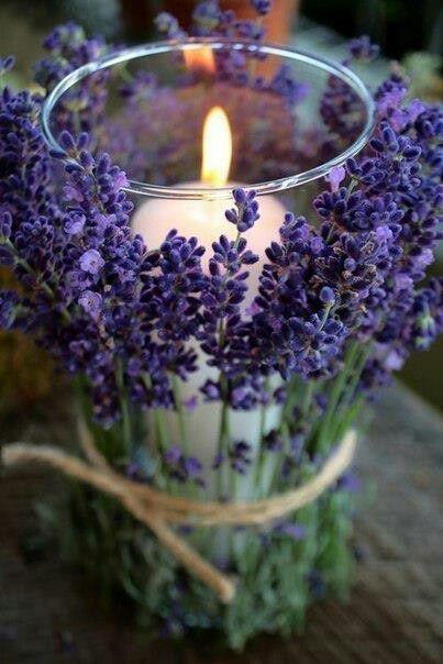Photophore bougie et lavande. Pour la déco de table d'un mariage nature, violet ou lavande. Candleholder with lavander for a nature decoration on the wedding tables.