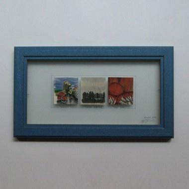Kumlanmış cam ve yansımasız cam arası, mavi ahşap çerçeve içinde limited edition 3 adet baskı resim