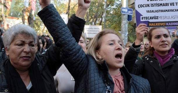 Σάλος στην Τουρκία: Νόμος αθωώνει βιαστές ανηλίκων αν παντρευτούν τα θύματά τους