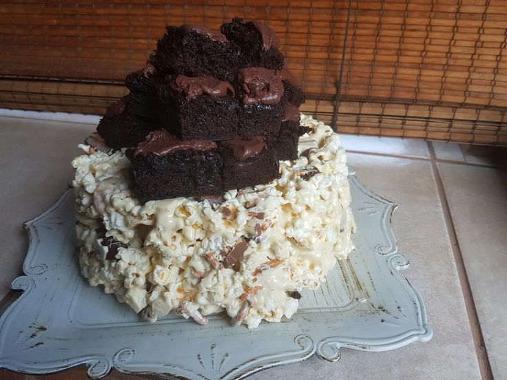 Popcorn cake with brownies