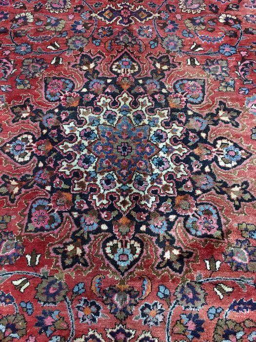 Welkom bij de East Passion:  Dit tapijt wordt geknoopt in Mashad, de hoofdstad van de provincie Khorasan, een regio in het noordoosten van Iran. Het patroon is vaak soort medaillon in de kleuren blauw en donker paarsachtig rood; wol is zeer zacht. Mashad tapijten herinneren vaak een aantal Keshan tapijten.  Productie: Met de hand geknoopt Maat: 355 x 280 cm benaderende dikte: 10-12 mm Leeftijd: tot 1940 Herkomst: Iran Pool: Wol Warp: Katoen Knoopdichtheid: ongeveer 320 000 knopen / m2…