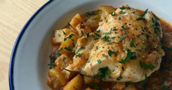 El sabor de un suquet de pescado, la textura del romesco, un buen sofrito como base, un filete de merluza limpio y cocido al punto y unas patatas para empaparlo todo  imposible no enamorarse de la romescada.
