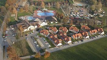 Sklop hišic, ki se nahajajo neposredno ob Termah Banovci je tako imenovano hotelsko naselje Zeleni gaj. Več o njem najdete na www.viaSlovenia.com, kategorija terme.