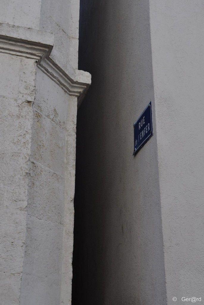 La plus étroite rue de l'enfer aux sables d'olonne est inscrit au livre Guiness 1987 des records comme la rue la plus étroite du Monde. Elle fait 40,5 cm de large à sa base et 46,5 cm à 1 m du sol ! Les photos sont de Gér@rd de Cergy sur la photo ci-dessous...