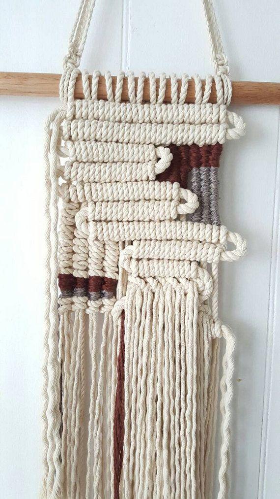 Un uno di un gentile macrame e tessuto appeso a parete.  Realizzato con filato e corda di cotone 100%.  Misure 98 cm dalla parte superiore del supporto tassello alla parte più lunga della frangia.