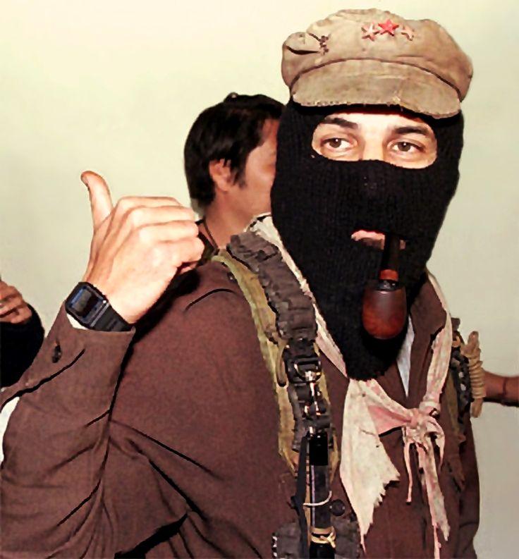 """""""siente que dice esto..."""" (probablemente)  el Subcomandante Marcos se ve en el medio de las conversaciones con los mediadores. Viernes, 08 de noviembre 1996, en San Cristóbal de las Casas, Chiapas, México  - foto por Gregory (AP)"""