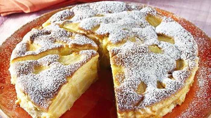 Préparation :  Peler et épépiner les pommes puis les couper en fines tranches, ensuite Séparer les jaunes des blancs d'oeufs, puis Dans un saladier, mélanger les jaunes d'oeufs avec le sucre, le zeste de citron et le lait Incorporer la farine tamisée avec la levure chim