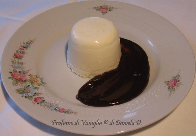 Panna cotta con salsa al cioccolato fondente