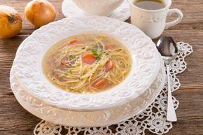 Die klare Hühnersuppe mit Nudeln und Gemüse schmeckt am besten, wenn es draußen kalt ist. Mit unterschiedlichen Gemüsesorten und Einlagen lässt sich das Rezept abwandeln.