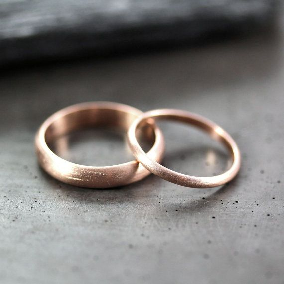 Eine nicht zu groß, nicht zu klein, genau das richtige 4 x 1,5 mm Band Hand geschmiedet aus halbe Runde 100 % recyceltem 14 k rose Gold und angesichts einer gebürsteten Oberfläche und ein feines, passender 2 x 1mm 14k rose gold Band. Diese Ringe werden kundenspezifisch konfektioniert in