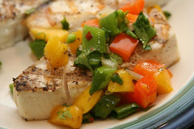 Mahi Mahi is een tropische vissoort en wordt ook wel goudmakreel* genoemd. De vis is mooi stevig van structuur en een tikje zoet van smaak, ideaal voor op de gril! Wij houden de vis lekker exotisch en serveren 'm klassiek met een heerlijke mangosalsa, horen we daar de barbecue al knapperen?! Via Foodista. *Kun je […]