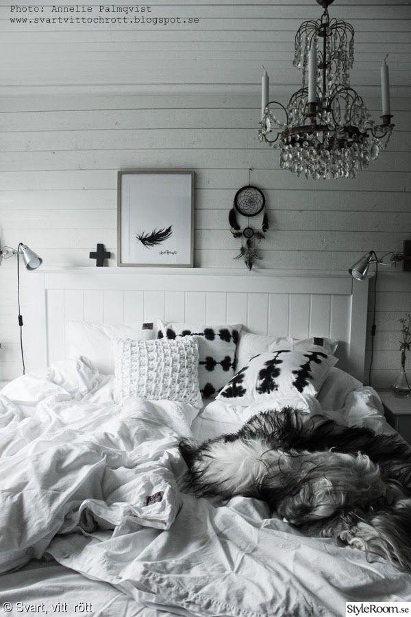 artprint,prints,tavla,fjäder,drömfångare,sänggavel,vitt,panel,klämspot,batikkuddar,fårskinn,sovrum