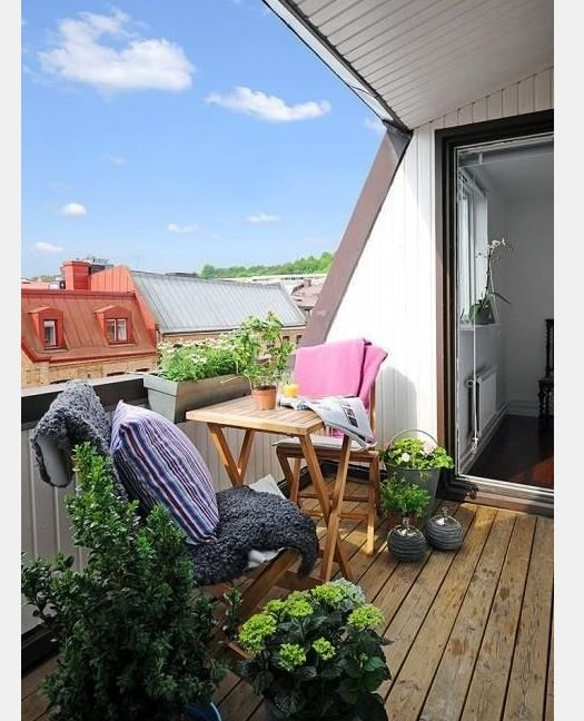 Şık bir balkonum olsun diyorsanız sizlere verdiğimiz fikirleri değerlendirebilirsiniz. Güzel tahta bir masa ve iki sandalye ile balkonunuzu sade gösterebilir ve çeşitli bitkilerle dağ evi ha
