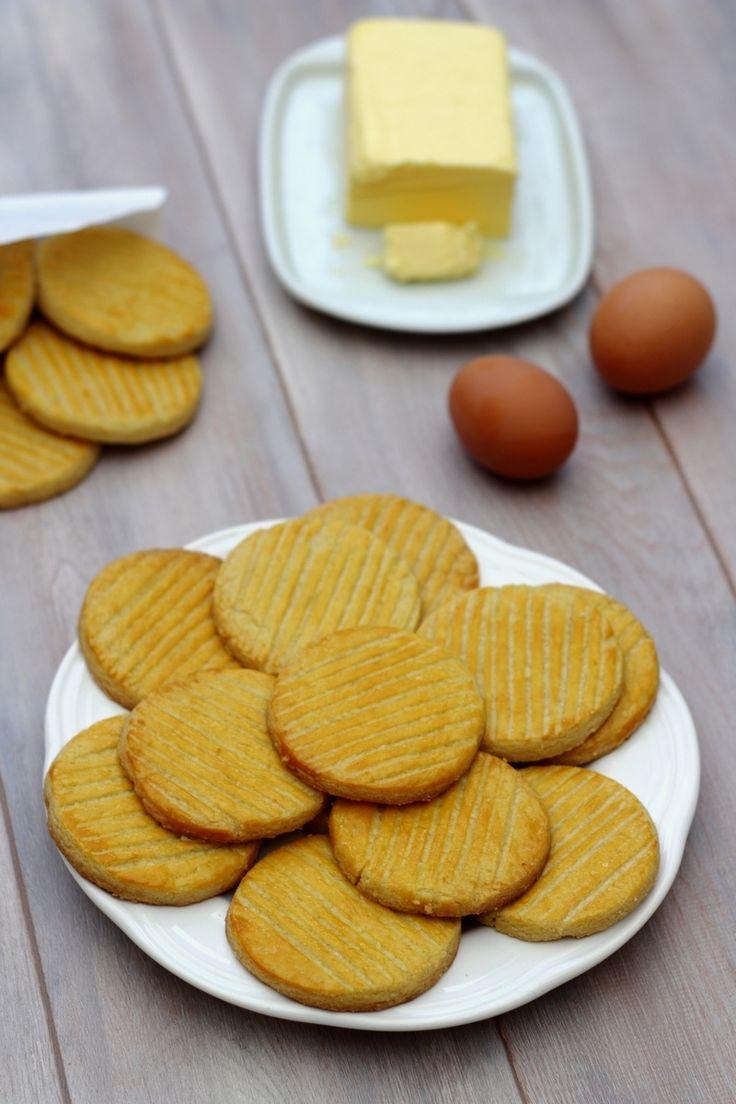 J'adore ces petits sablés bretons au bon goût de beurre! Je n'en avais encore jamais fait, d'habitude je les achètent toutes faites d'une marque bien connue. Ayant pris comme résolution cette année de faire moi même la majorité des biscuits du commerce......