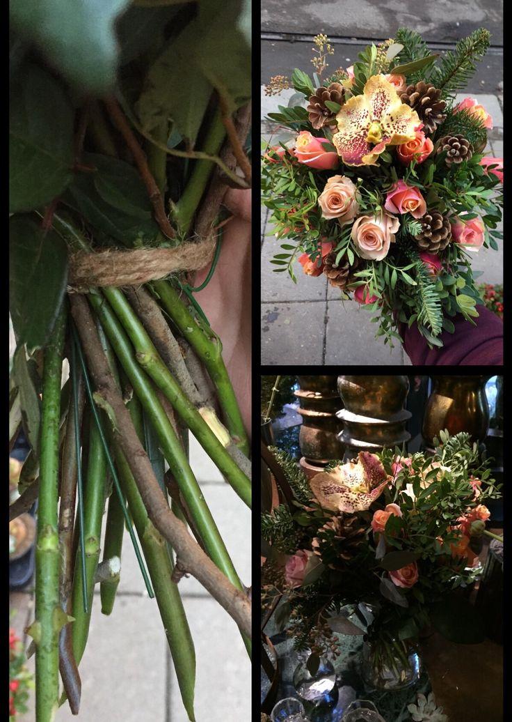 24.11.17 Lagde en bukett av kongler, roser, gran, pistasj og en type orkidé. Satt i spiral, etter at jeg hadde bundet den opp satte jeg den i en passende vase med litt kaldt vann og plasserte den i «avdelingen» hvor vi har gult, fersken, oransj fargede blomster. Jeg likte fargen sammen og syntes bindepunktet mitt ble stramt og fint, sammen med spiralen. Priset den etterpå satt i utstilling