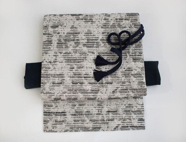イタリアンファブリックのオリジナル名古屋帯白樺ブラック  キラキラと光る膨れ織りが特徴です。 クールにブルーで決めればシャープな装いに。