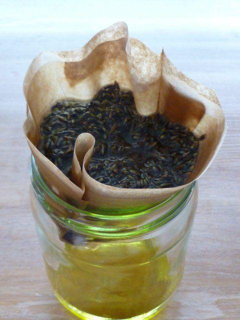 Lavendel olie maken - Vandaag gaan we zelf lavendel olie maken. Het resultaat is een lekker geurend parfum, maar je moet de geur van lavendel kunnen waarderen. Het eindresultaat is pas optimaal na 7 dagen!