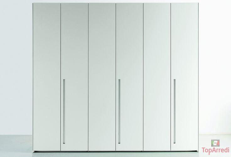 El armario es muy grande y blanco. Es moderno y simple. Tiene tres puertas.